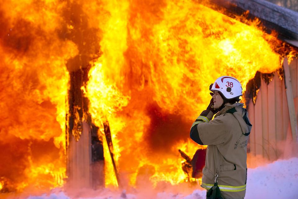 16. Власти подожгли пять домов в Норсборне, Швеция. Дома должны были снести, но из-за неровности земли их нельзя было снести бульдозером. (Lars Hedelin/European Pressphoto Agency)