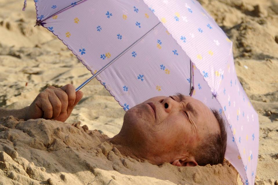 17. Мужчина закопал себя в песке на пляже в Хайкоу, провинция Хайнань, Китай. (Xinhua/ZUMA Press)