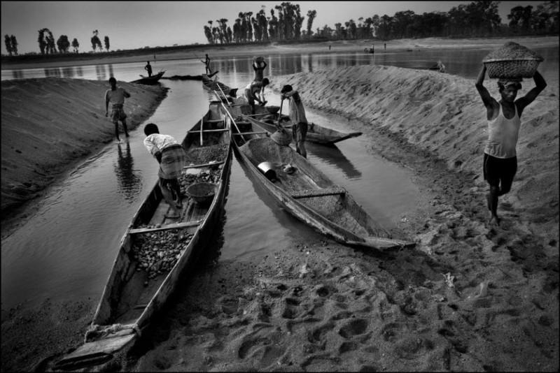 2) Использование современной техники почти лишило реку Пияин камней. Рабочим приходится подниматься по реке выше и выше чтобы найти камни. Работают в ночные смены.