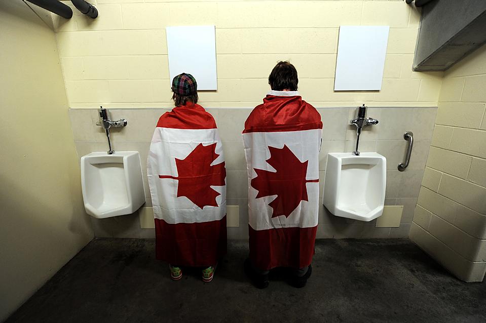 5. Канадские фанаты в туалете перед матчем женского хоккея между сборными Швейцарии и Канады на Олимпийских играх в Ванкувере. (Harry How/Getty Images)