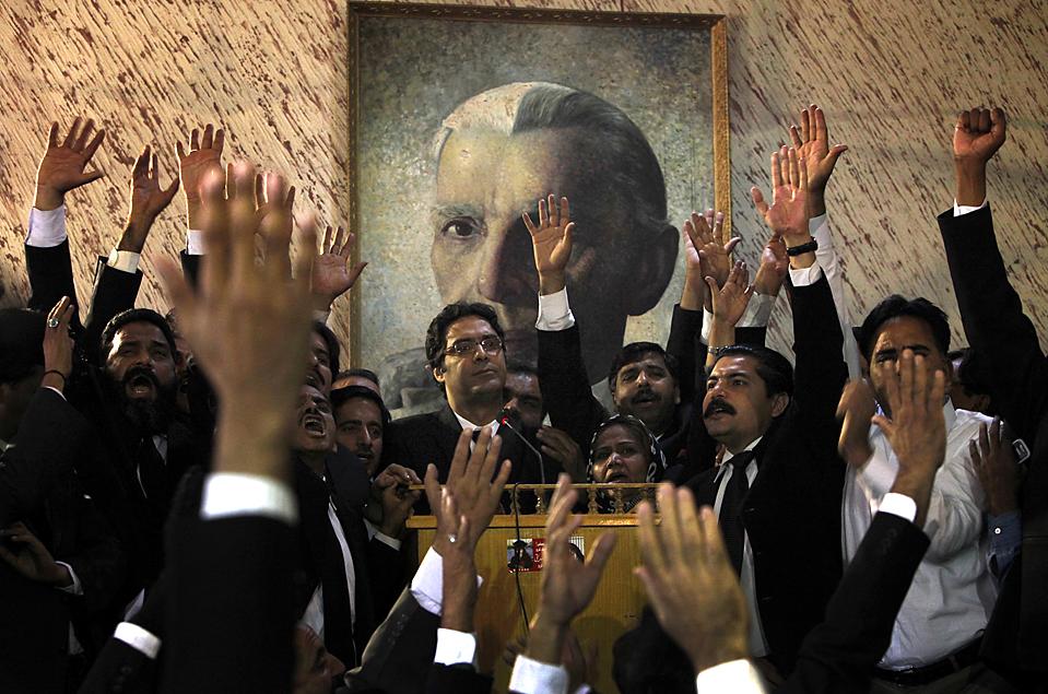 10. Пакистанские адвокаты бойкотируют в суде против президента Асифа Али Зардари, который спорит с Верховным судом по поводу назначения судей. (Akhtar Soomro/Reuters)