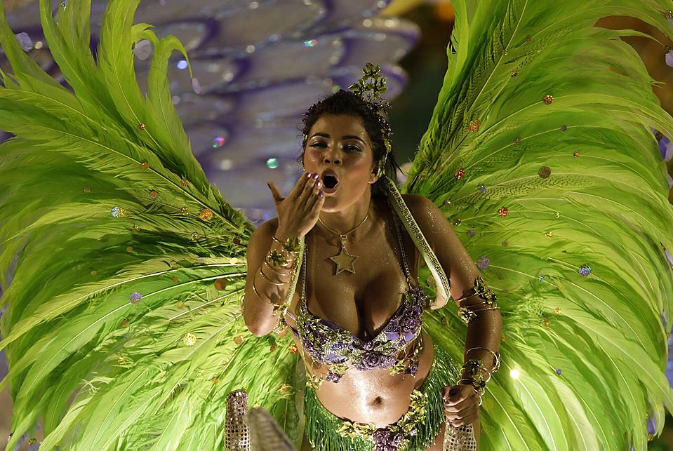 16. Участница школы самбы Моцидаде на карнавале в Рио-де-Жанейро. (Bruno Domingos/Reuters)