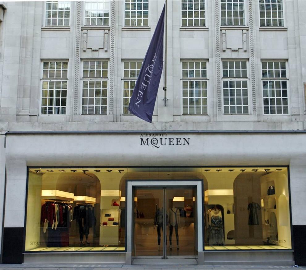 2. Магазин Александра МакКуина на Олд Бонд Стрит в Лондоне. У МакКуина были также бутики в Нью-Йорке, Лас-Вегасе, Лос-Анджелесе и Милане. (Neil Mockford / Getty Images)