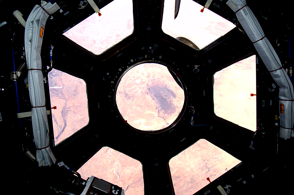 2. Астронавт Соичи Ногучи опубликовал это фото на сайте  Twitter – вид на пустыню Сахара из модульной станции. (NASA via Twitter/Associated Press)