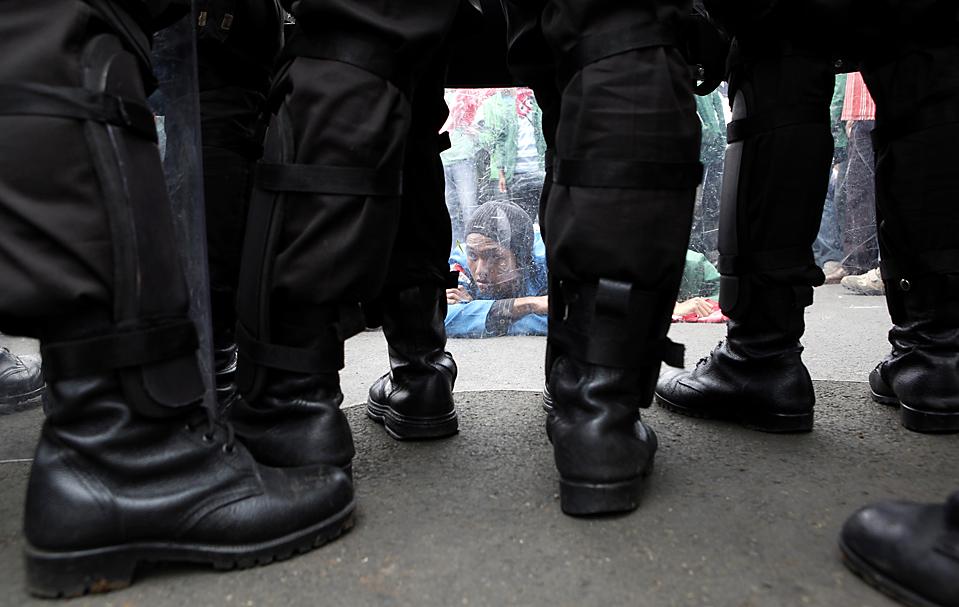 4. Полиция блокировала дорогу студентам, устроившим демонстрацию у здания парламента в Джакарте. Около 500 демонстрантов требовали, чтобы президент Сусило Бамбанг Юдойоно и министр финансов  Шри Мульяни Индравати отказались от финансовой помощи  Bank Century. (Dadang Tri/Reuters)