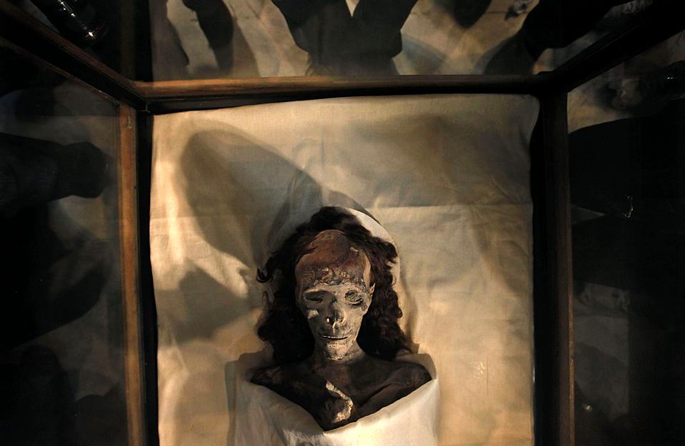 10. Мумия королевы Тийе – бабушки короля Тута – была представлена на пресс-конференции в египетском музее в Каире. Годы изучений ДНК и других тестов помогли узнать семейное дерево Тут и их болезни. (Nasser Nasser/Associated Press)