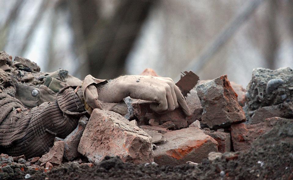 11. Тело боевика-сепаратиста лежит среди обломков после перестрелки с индийской армией на севере Шринагара. (Danish Ismail/Reuters)