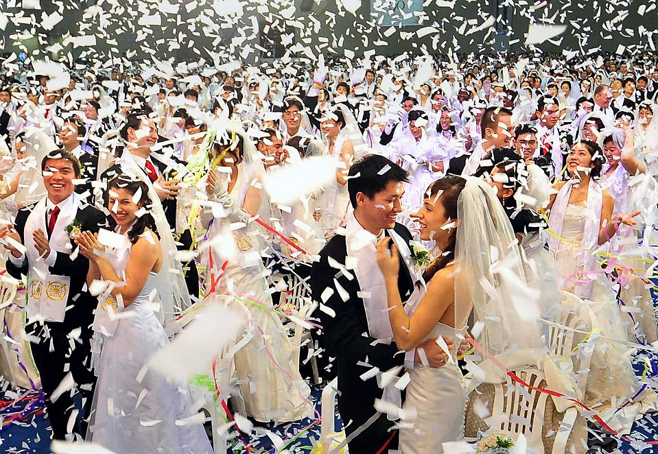 15. Парочки на массовой свадьбе, организованной церковью Объединения в Гояне, Южная Корея. Тысячи пар со всего света связали себя узами брака на этом событии. (Segye Times/Agence France-Presse/Getty Images)