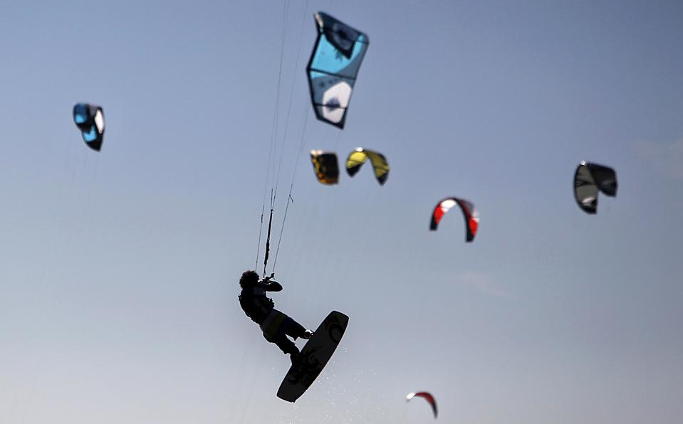 16. Кайт-серфер взметнулся в небо на пляже Сент-Килда в Мельбурне. (Mick Tsikas/Reuters)