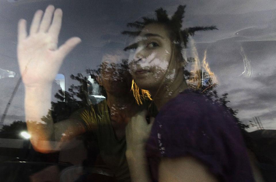 2. Миссионеров из Айдахо, обвиненных в похищении детей после землетрясения на Гаити, увозят в тюрьму. 8 из 10 американцев, арестованных 29 января, были отпущены на свободу. Судья вынес лидеру группы Лоре Силсби и ее коллеге Чарисе Култер приговор о тюремном заключении. (Ramon Espinosa/Associated Press)