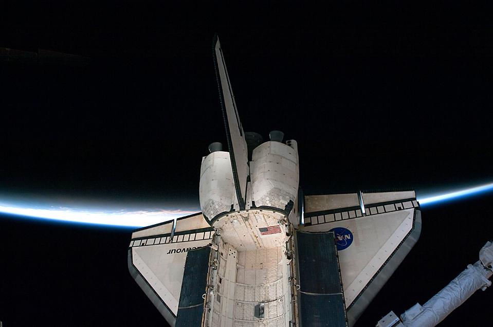 6. Космический шаттл «Endeavour» пересекает тонкую линию атмосферы Земли, пристыковываясь к Международной космической станции. (NASA/Associated Press)