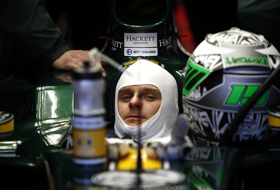 8. Пилот Формулы 1 команды «Lotus» Хейкки Ковалайнен из Финляндии сидит в своем болиде в гараже во время тестирования на треке «Jerez» в Испании. (Marcelo del Pozo/Reuters)