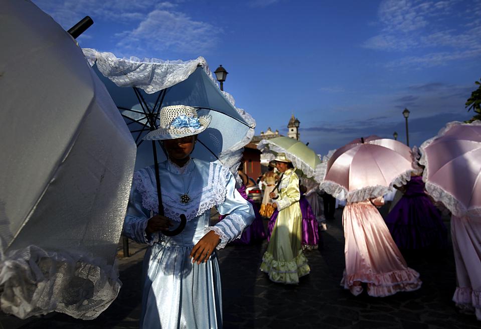9. Женщины в колониальных костюмах на карнавале на открытии Международного фестиваля поэзии в Гранаде, Никарагуа. (Esteban Felix/Associated Press)