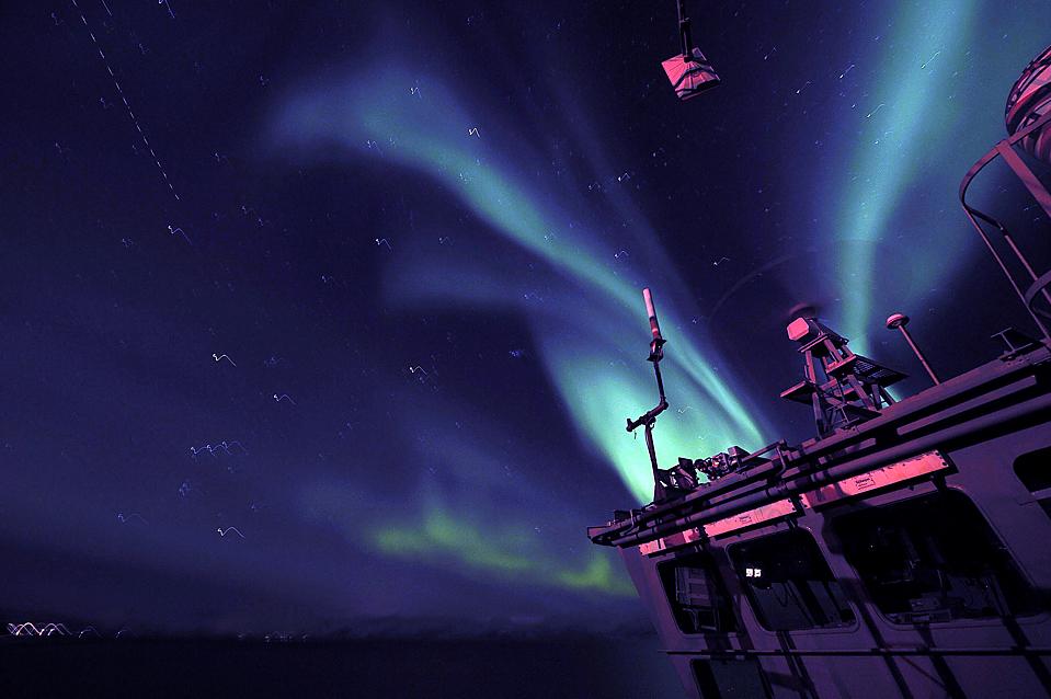 15. Северное сияние над вертолетной площадкой авианосца «HMS Ocean» во время его испытательного путешествия в северной Норвегии. (LA Bernie Henesy/Royal Navy/Associated Press)
