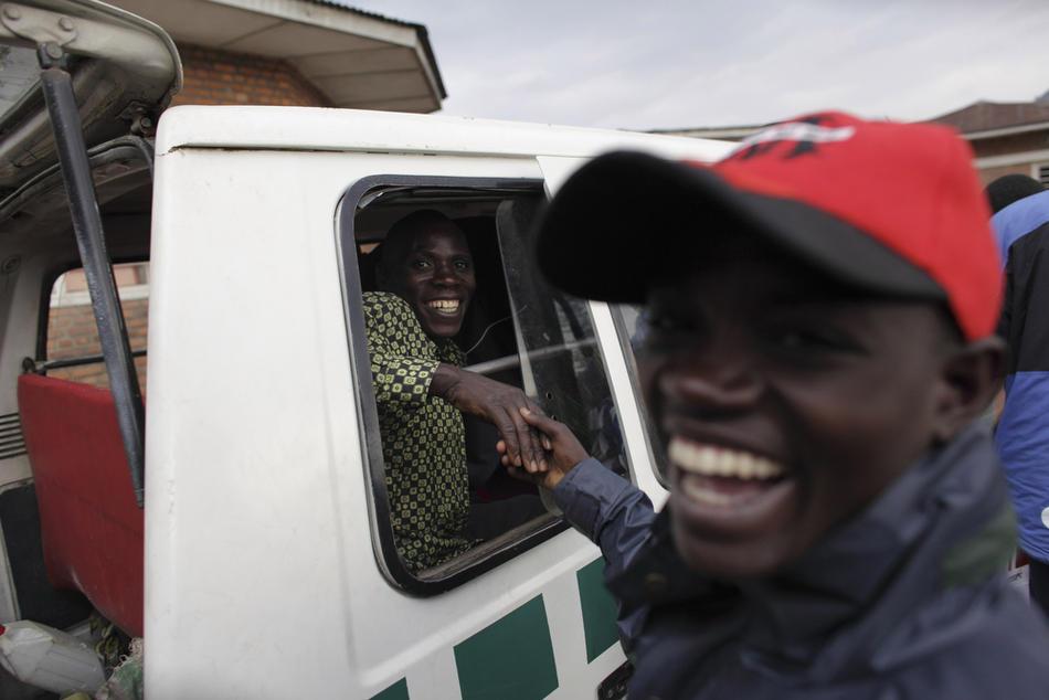 2. На этом фото, сделанном 9 октября 2009 года, мужчина приветствует своего военного приятеля, прибывшего из Конго в лагерь для переобучения. (AP Photo/Rebecca Blackwell)