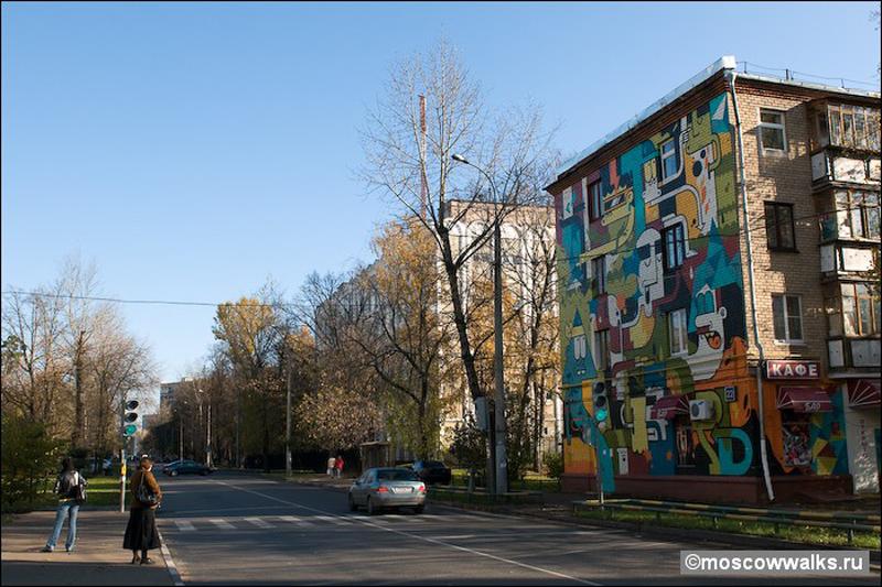 """2) Вид Изумрудной улицы. Дом 22 можно взять за ориентир – это единственный """"расписной"""" дом, стена которого смотрит на большую улицу, остальные с улицы незаметны."""