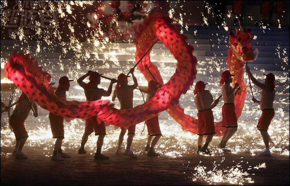 1) Танец огненного дракона. (Reuters/Christina Hu)