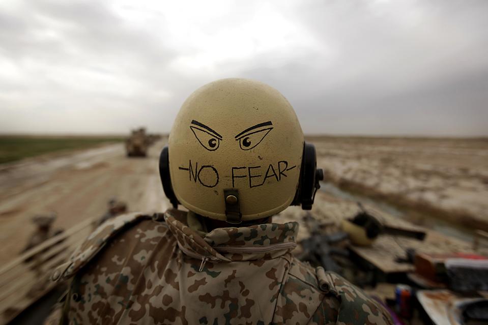 3) Датский солдат стоит на посту, в то время как американские и британские военные обезвреживают самодельные взрывные устройства недалеко от основного маршрута вблизи Марджаха в Афганистане. Афганские и натовские войска уже вторую неделю продолжают наступление в этом районе. (Patrick Baz/Agence France-Presse/Getty Images)