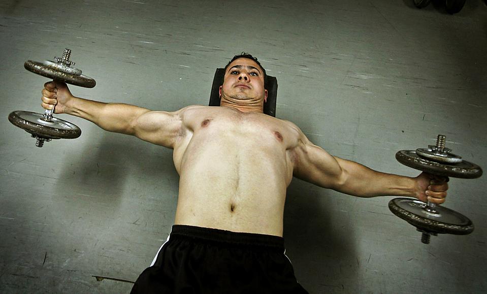 9) Палестинский культурист Джихад Мохаммед в спортзале города Газа. (Ali Ali/European Pressphoto Agency)
