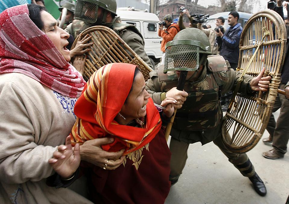 10) Индийский полицейский отталкивает активисток из Народно-демократической партии, главной оппозиционной партии Кашмира. Снимок сделан в ходе акции протеста в индийском городе Сринагаре. Сотни членов НДП сплотились против того, что они называют нарушением прав человека индийскими службами безопасности. (Danish Ismail/Reuters)