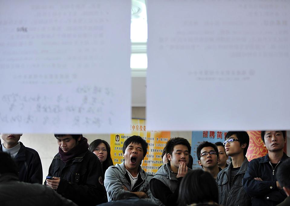 12) Посетители ярмарки вакансий в Фучжоу, китайская провинция Фуцзянь. (Liu Tao/China Foto Press/ZUMA Press)