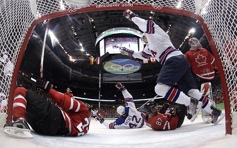 16) Бобби Райан из команды США радуется шайбе забитой в ходе хоккейного матча против Канады на Олимпиаде в Ванкувере, Британская Колумбия. (Julie Jacobson/Associated Press)