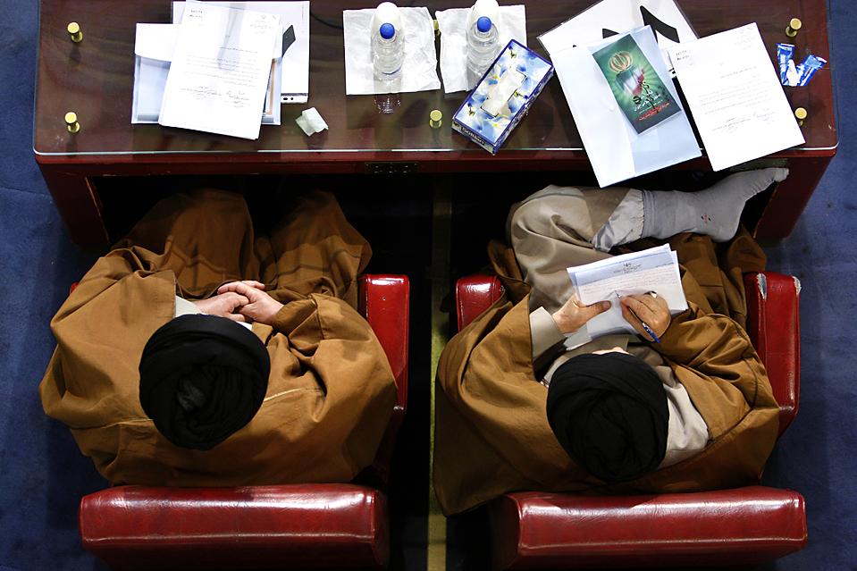 2. Два члена Собрания экспертов – органа, выбранного народным голосованием – пришли на собрание в Тегеране. (Vahid Salemi/Associated Press)