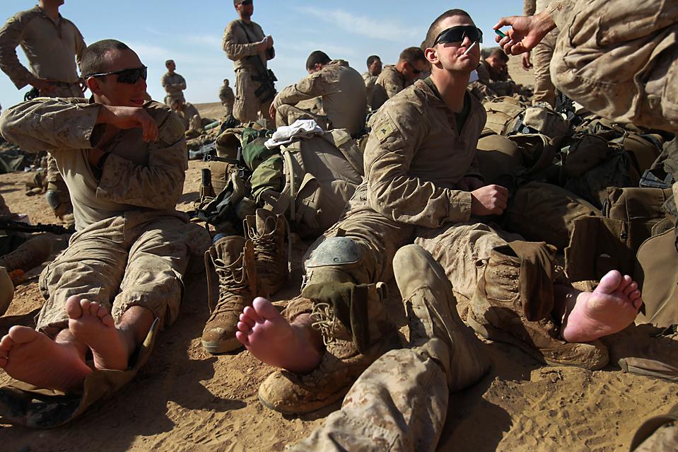 4. Американские морпехи отдыхают после операции в Маржахе. (David Guttenfelder/Associated Press)
