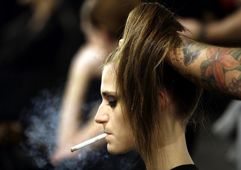 5. Модель курит, пока ей укладывают волосы на неделе моды в Мадриде. (Susana Vera/Reuters)