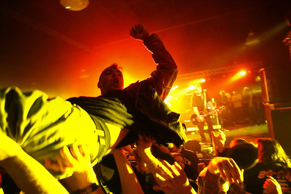 7. Фанат группы «Face to Face» «плавает» по толпе во время выступления любимой группы на музыкальном фестивале в Коста Меса, Калифорния. (The Orange County Register/ZUMA Press)