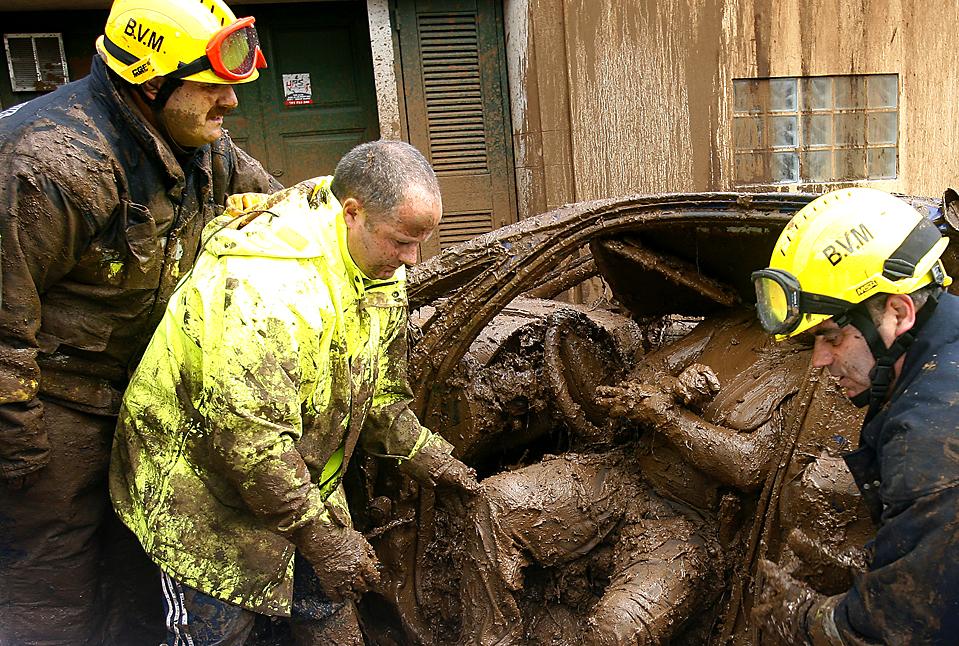 11. Спасатели вынимают тело из автомобиля в Фуншале на острове Мадейра. Власти подтвердили, что в результате наводнений погибло, по меньшей мере, 42 человека. Еще 32 считаются пропавшими без вести. (Gregorio Cunha/Agence France-Presse/Getty Images)