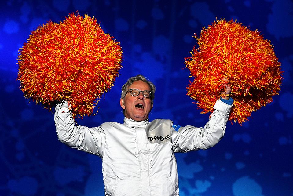 15. Марк Мазерсбау из группы «Devo» выступает на церемонии вручения Олимпийских медалей в Уистлере. (Doug Pensinger/Getty Images)