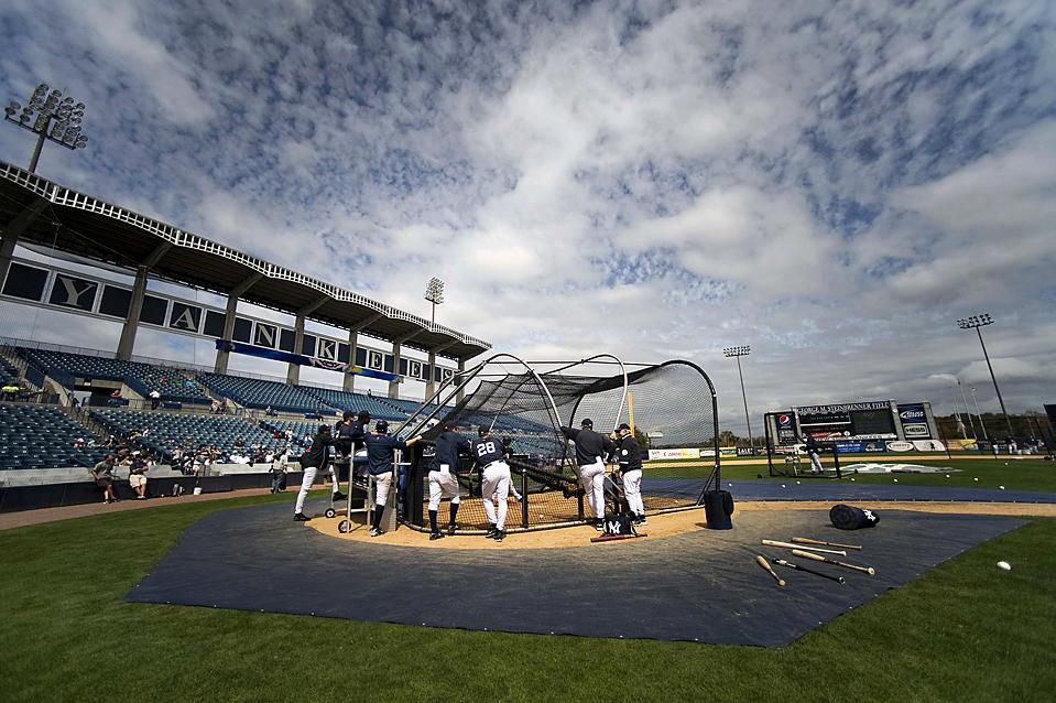 16. Тренеры «New York Yankees» наблюдают за тренировкой команды на поле «Джордж М. Стайнбреннер» в Тампе, штат Флорида. (Steve Nesius/Reuters)