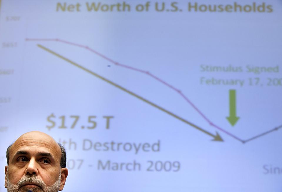 6. Председатель Федеральной резервной системы США Бен Бернанке слушает дело в Конгрессе. Бернанке заявил, что экономика США еще не встала на путь стабильности, и процентные ставки по-прежнему должны быть приближенными к нулю. (Brendan Smialowski/Getty Images)