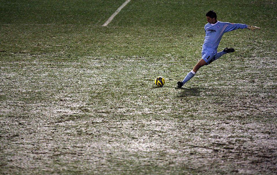 тогда картинки футболист бьющий по мячу умеет все