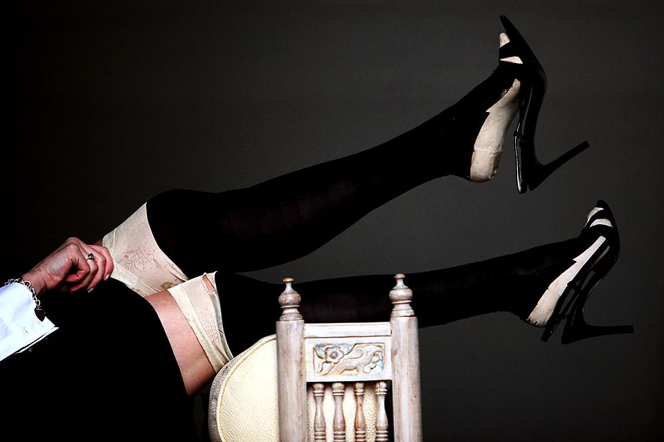 10. Эмми Симингтон из аукционного дома «Lyon & Turnbull» демонстрирует пару сшитых вручную шелковых чулок в Эдинбурге, принадлежавших королеве Виктории. Чулки будут выставлены на продажу в следующем месяце. (Jeff J. Mitchell/Getty Images)