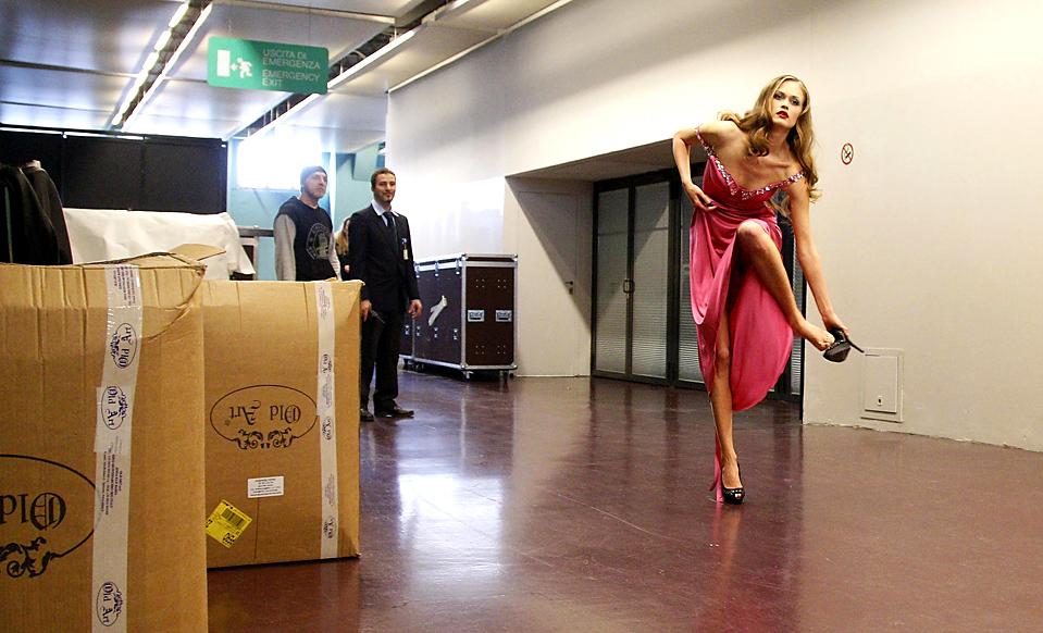 11. Модель спешит поменять наряд во время показа коллекции от Валерии Марини на неделе мод в Милане. (Max Rossi/Reuters)