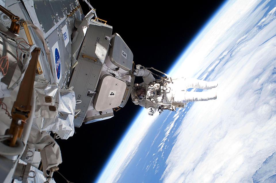 12. Астронавт Николас Патрик заканчивает свою работу с куполом, установленным на Международной космической станции на прошлой неделе. (NASA/Eyevine/ZUMA Press)