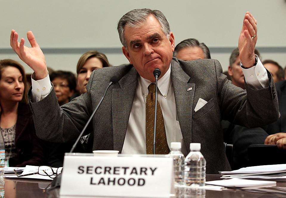 14. Министр транспорта США Рэй ЛаХуд дает показания в палате представителей США в Капитолии. «В Северной Америке много хороших людей, но решения принимаются в Японии», - сказал ЛаХуд о компании «Toyota». (Mark Wilson/Getty Images)
