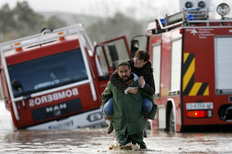 15. Мужчина несет женщину по затопленной улице в пригороде Кордовы, Испания. Сильные ливни вызвали наводнения в Севилье и Хаэне и вынудила эвакуироваться более тысячи человек. (Javier Barbancho/Reuters)