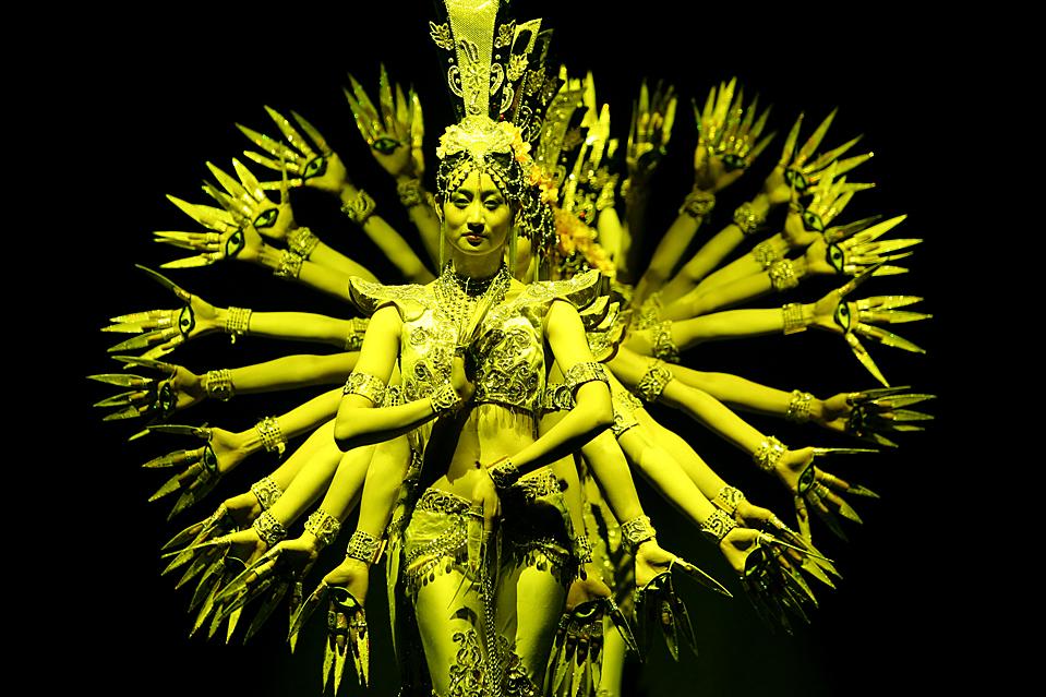 16. Танцоры из китайской труппы выступают в Филадельфии в рамках тура в честь лунного нового года. (Wang Chengyun/Xinhua/ZUMA Press)