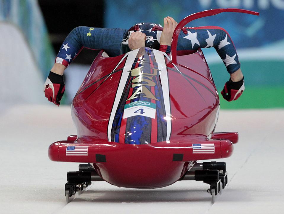 2. Американские бобслеистки Шона Робок и Мишель Ржепка на Зимних Олимпийских играх в Ванкувере. (Elise Amendola/Associated Press)