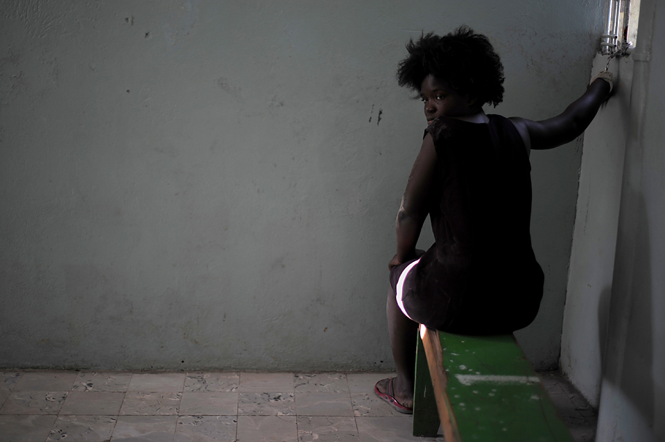 6. Пациентка психиатрической клиники, сбежавшая после землетрясения 12 января, прикована наручниками в палате клиники «Mars and Kline Psychiatric Centre» в Порт-о-Пренс. (Eitan Abramovich/Agence France-Presse/Getty Images)