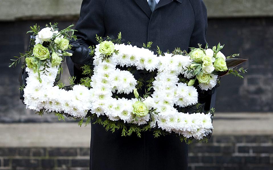 11. Цветочное украшение с первым именем дизайнера Александра МакКуина – Ли – на его похоронах в Лондоне. Дизайнера нашли мертвым в своем доме ранее в этом месяце. (National News/Zuma Press)