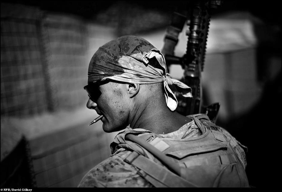 2) Морской пехотинец с винтовкой М16 на базе Хассан Абад в Афганистане.