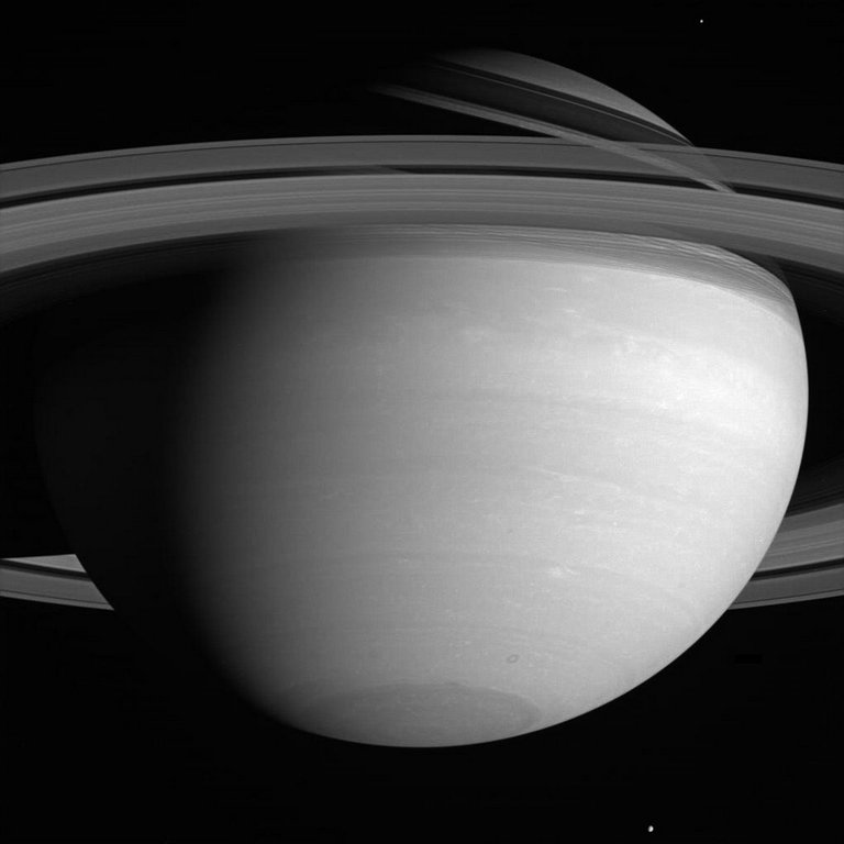 4) Для многих астрономов эта газовая планета является одной из наиболее интересных в Солнечной системе. Особое внимание ученых и любителей всего мира к Сатурну прежде всего объясняется наличием колец, которые хоть и присутствуют на орбитах всех газовых планет Солнечной системы, однако наиболее всего заметны именно у Сатурна, который по величине уступает лишь Юпитеру.