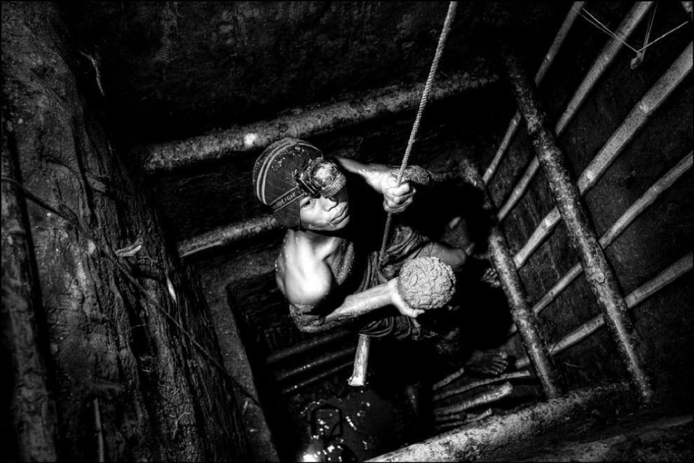 02) Панди (16 лет) поднимается из шахты. Он бросил школу и начал заниматься золотодобычей.