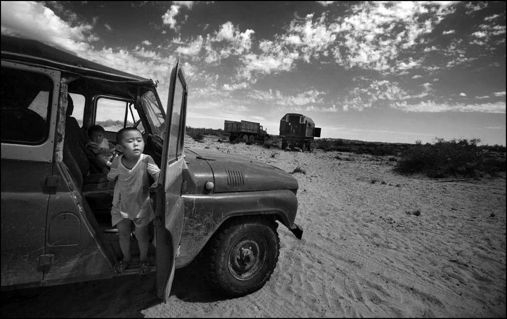 02) Мальчик выглядивает из уазика, деревня Шомишкол в 100 км от Аральска.