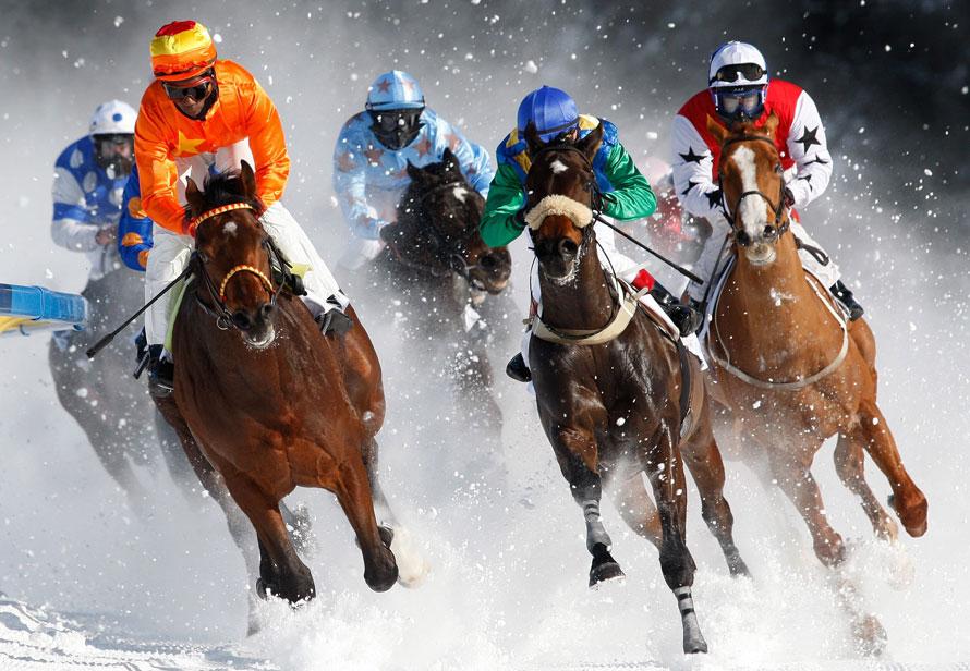 2. Участники 71-ого Гран-при по скачкам Сент-Мориц на замерзшем озере в Швейцарии. Скачки выиграл Эдуардо Педроза из Панамы на своей лошади РОллинг Хоум (слева). (AP Photo/KEYSTONE/Arno Balzarini)