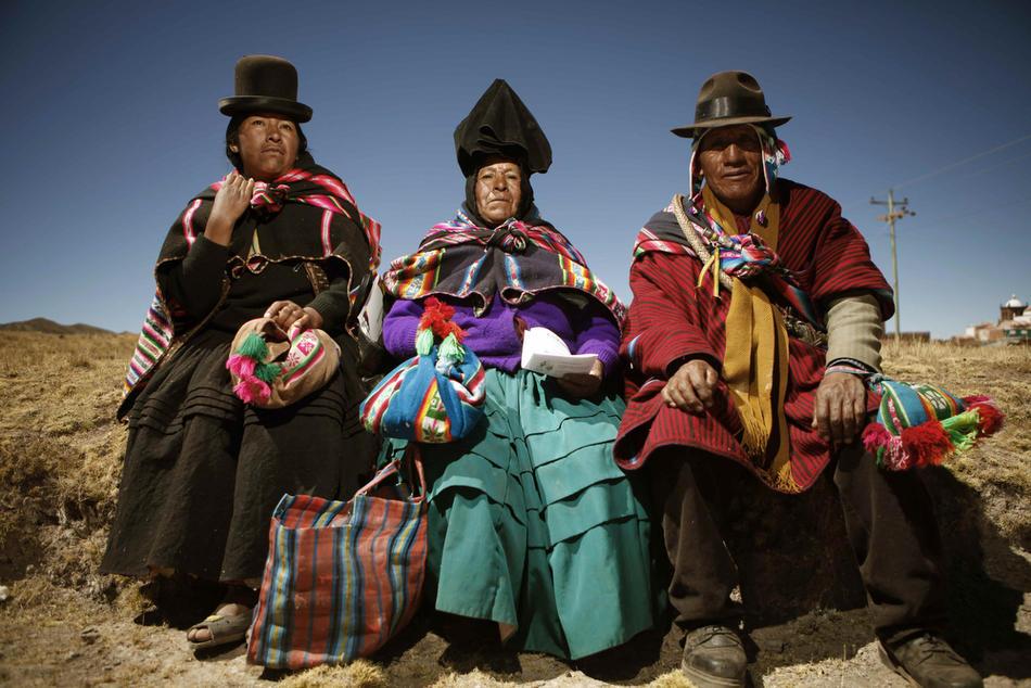 2. Представители племени аймара пришли в сельскую мастерскую на территории первой автономной деревни Иисус де Мачака 20 августа. (AP Photo/Dado Galdieri)